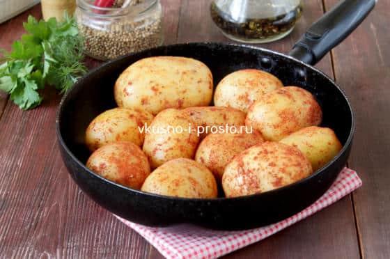 Слегка поджариваем картофелины