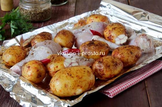 Выкладываем картофель и курицу на противень