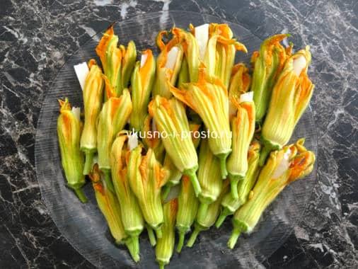 Цветы кабачка с сыром