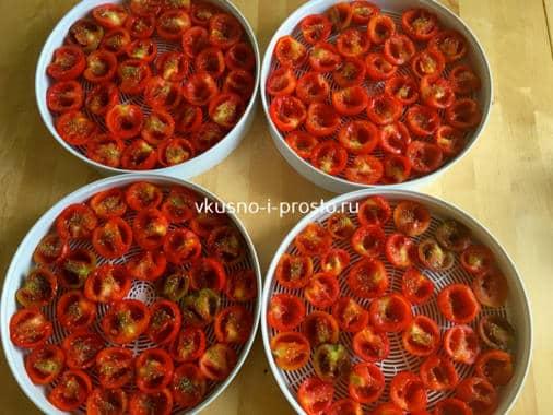 Выкладываем помидоры на поддоны