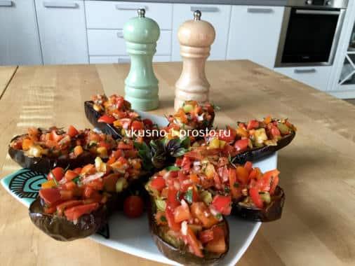 Запеченные баклажаны-лодочки с помидорами