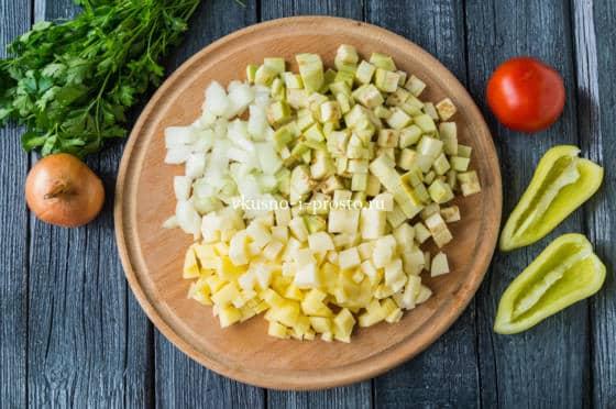 нарезае баклажан, картофель и лук