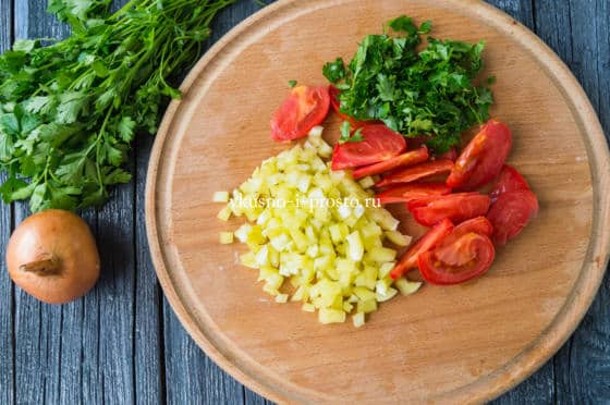 нарезаем помидор, перец и петрушку