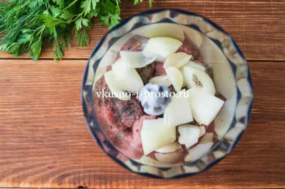 смешиваем мясо с луком и чесноком