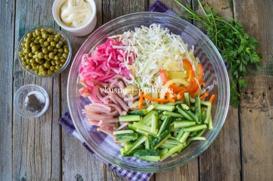 смешиваем овощи и ветчину