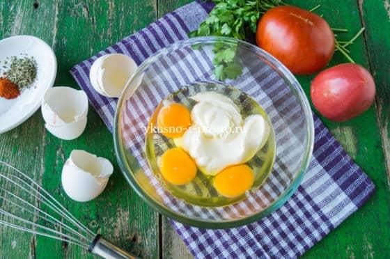 смешиваем яйца и майонез