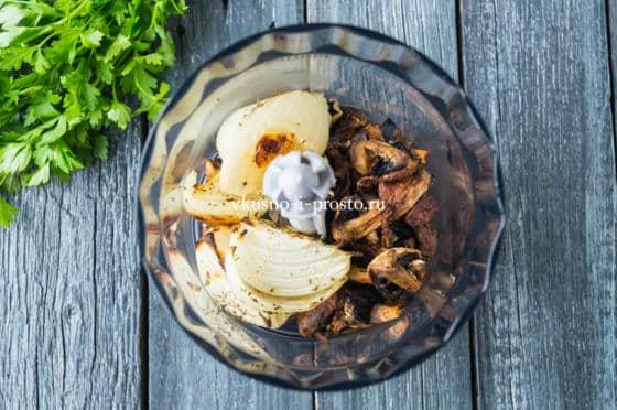 соединяем грибы и лук