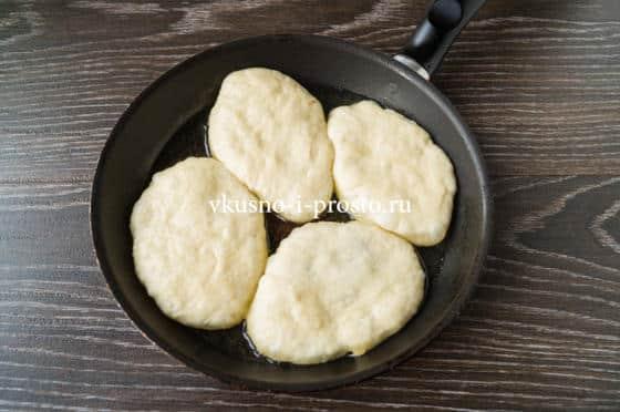 выкладываем пирожки на сковороду