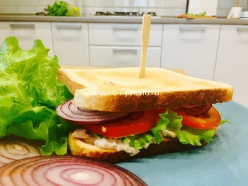 Готовый сэндвич с тунцом и анчоусами