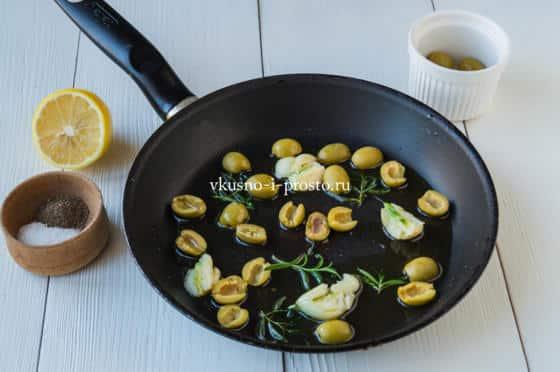 обжариваем чеснок и оливки