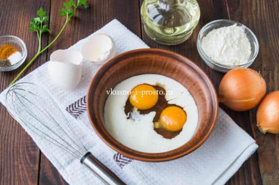 смешиваем молоко и яйца