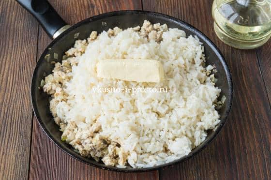добавляем рис и масло