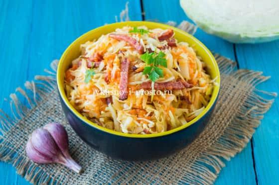 салат из капусты и моркови с колбасой
