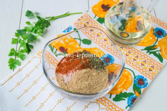 смешиваем сухари и специи