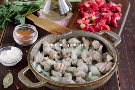 Лук с курицей на сковороде