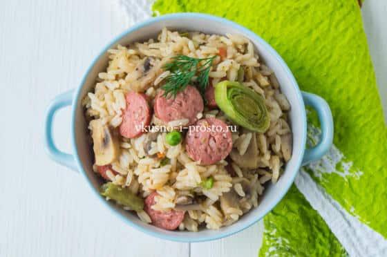 жареный рис с колбасками