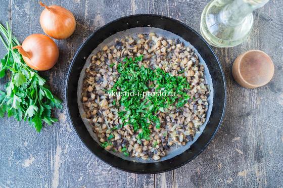 добавляем зелень, соль и специи