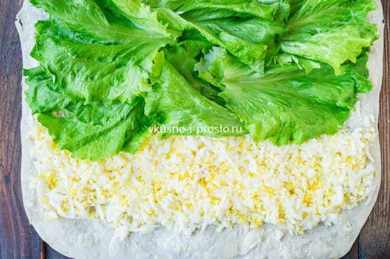 выкладываем яйца и листья салата