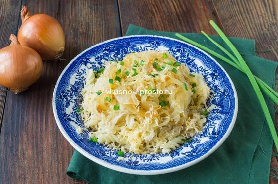 макароны с тушеной капустой и луком