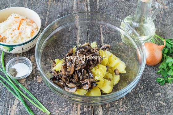 смешиваем картофель и грибы