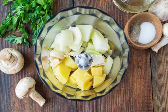смешиваем картофель, лук и чеснок