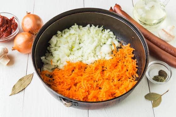 смешиваем лук и морковь