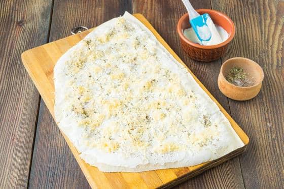посыпаем лаваш сыром и специями