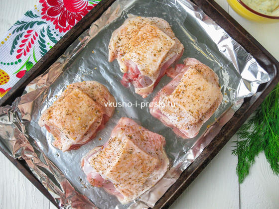 посыпаем мясо специями и солью