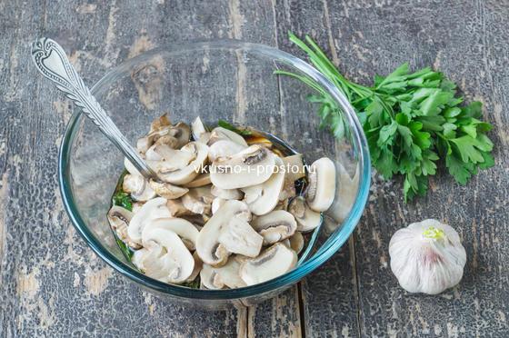 добавляем грибы в соус