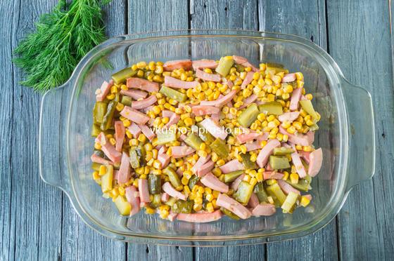 добавляем овощи с колбасой