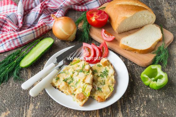 яичница с овощами и хлебом