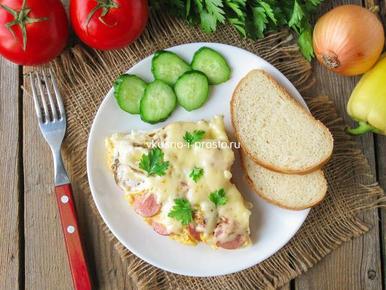 готовая яичница с овощами и сосисками