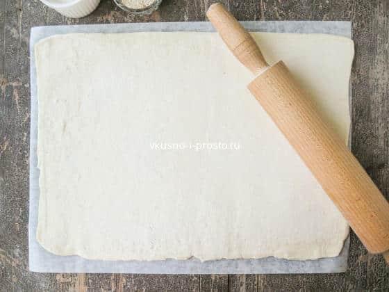 раскатываем слоеное тесто