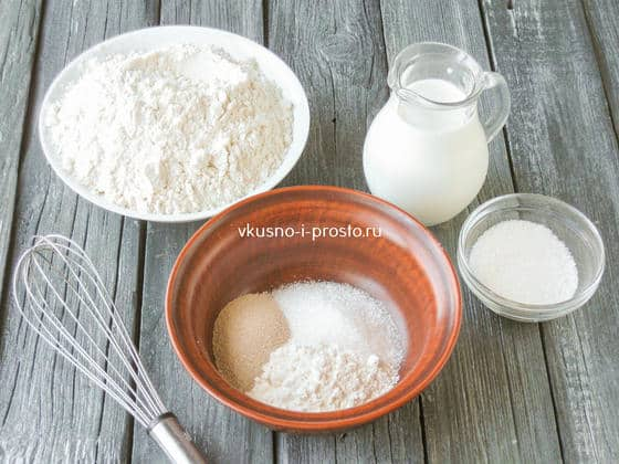 смешиваем муку, сахар и дрожжи