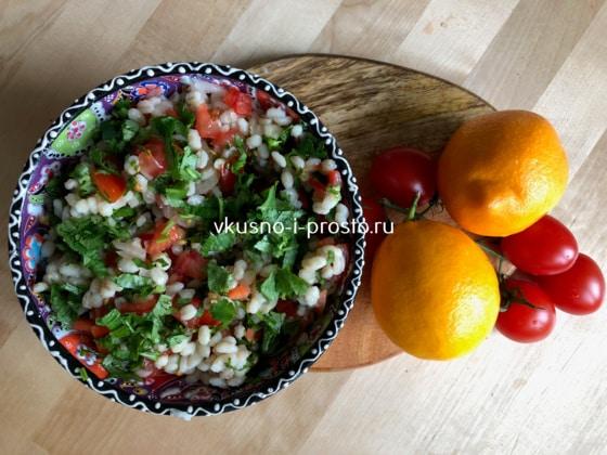Салат с перловкой помидорами и петрушкой