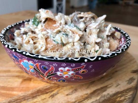Салат с блинами,  курицей и яйцами