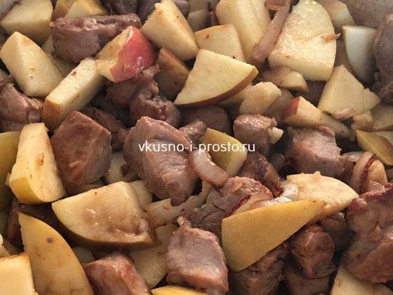 Добавляем яблоки к свинине