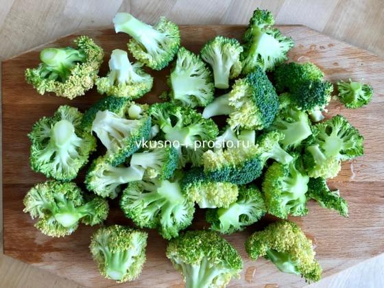 Разбираем брокколи на соцветия