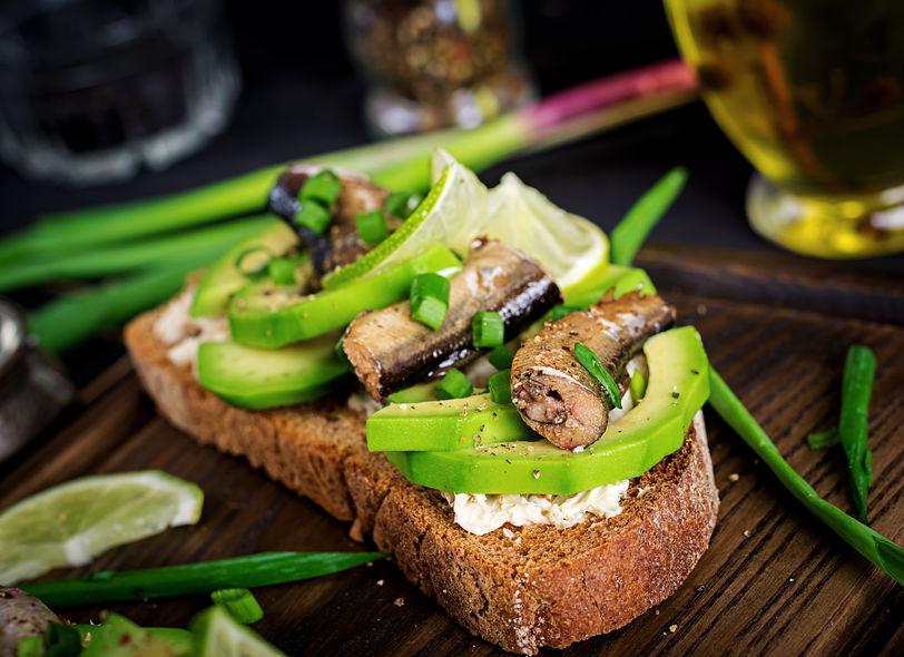 датский сэндвич со шпротами