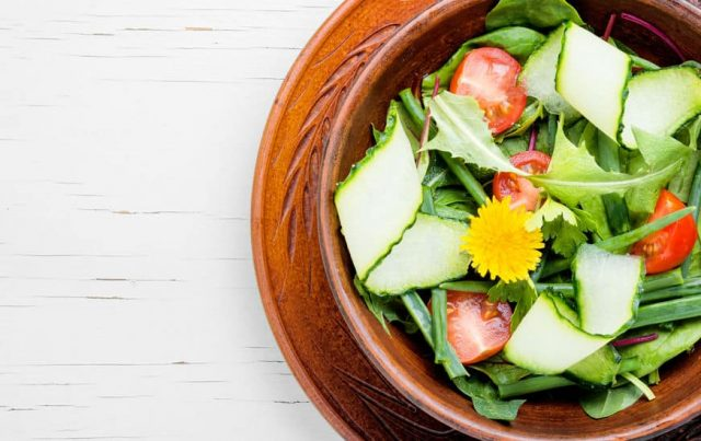 свежий салат с одуванчиками и помидорами