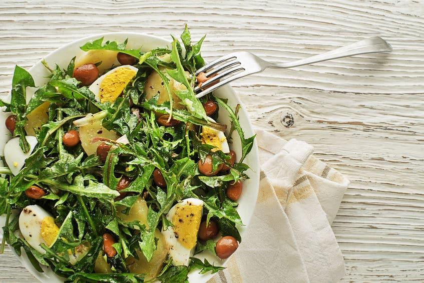 картофельный салат с одуванчиками