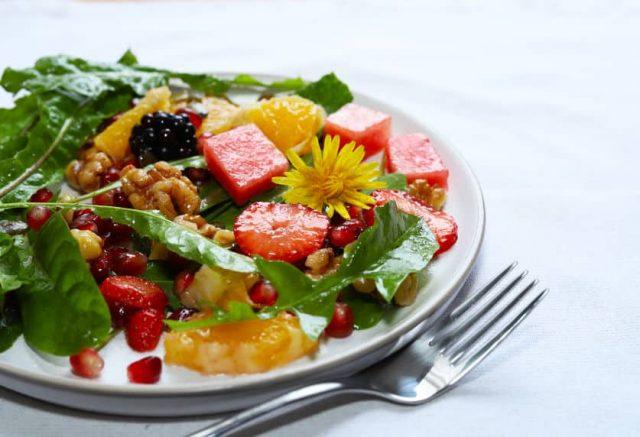 фруктовый салат с одуванчиками