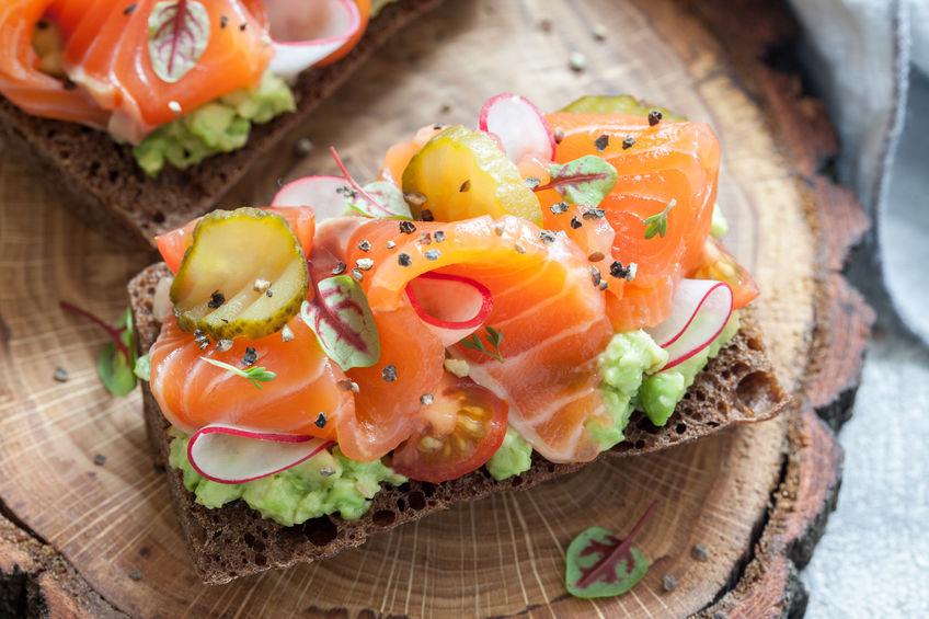 сморреброд с красной рыбой и авокадо