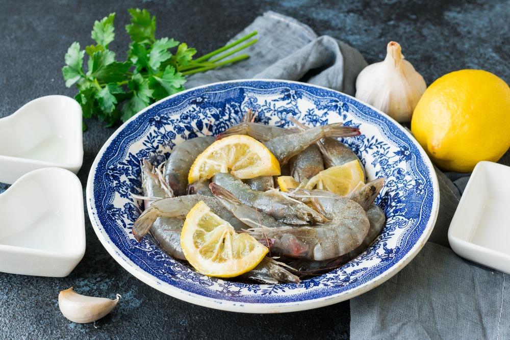Маринуем креветки в лимонном соке, соевом соусе и оливковом масле
