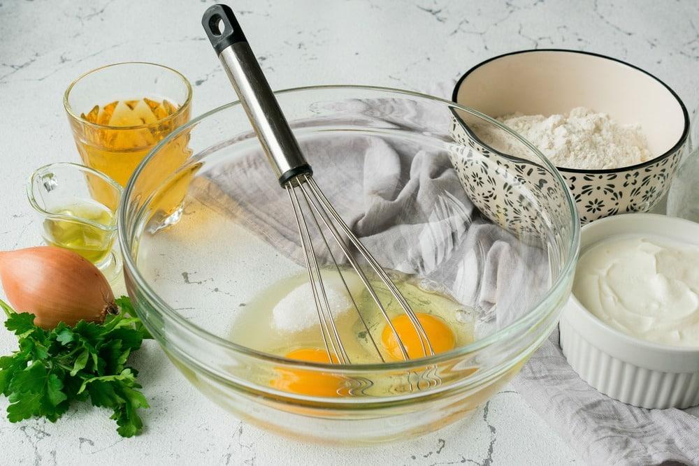 Смешиваем яйца соль и сахар