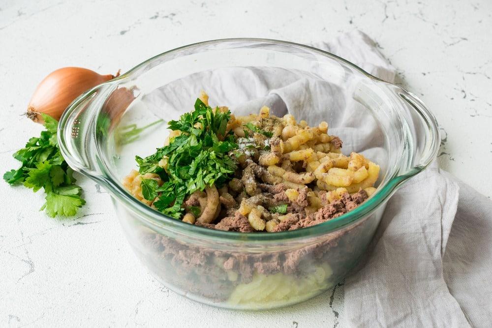 Пропускаем картофель и куриную печень через мясорубку
