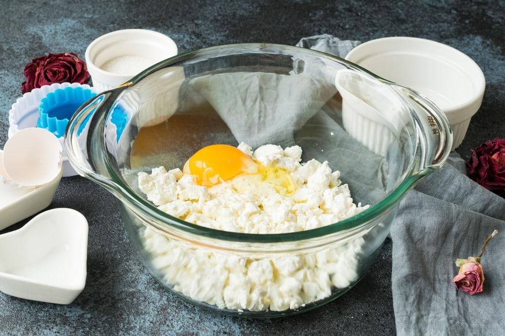 Взбиваем творог с яйцом и маслом