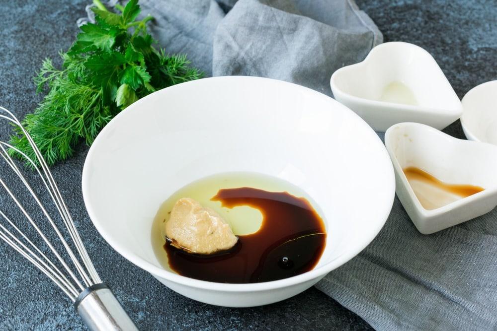 Смешиваем соевый соус, масло и горчицу