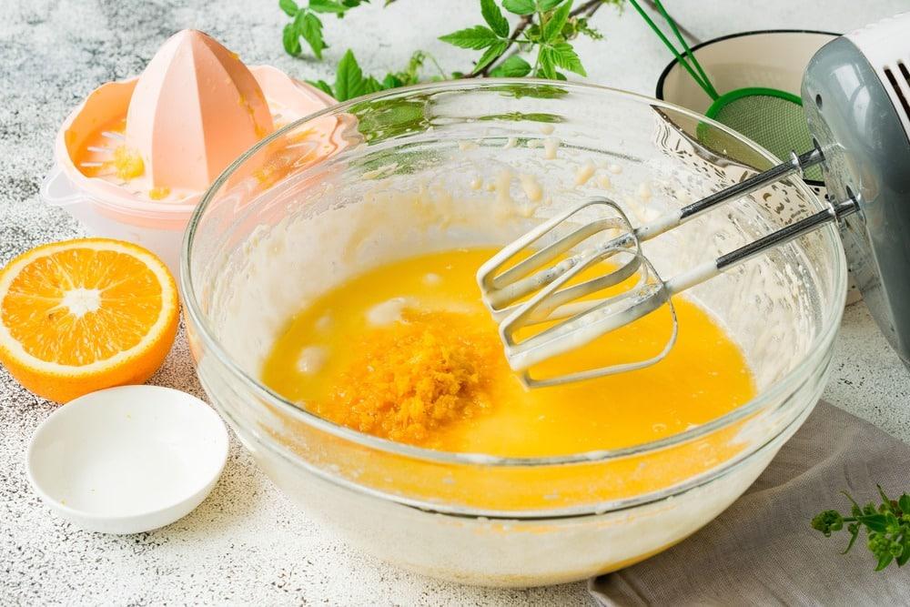 Добавляем апельсиновый сок и цедру