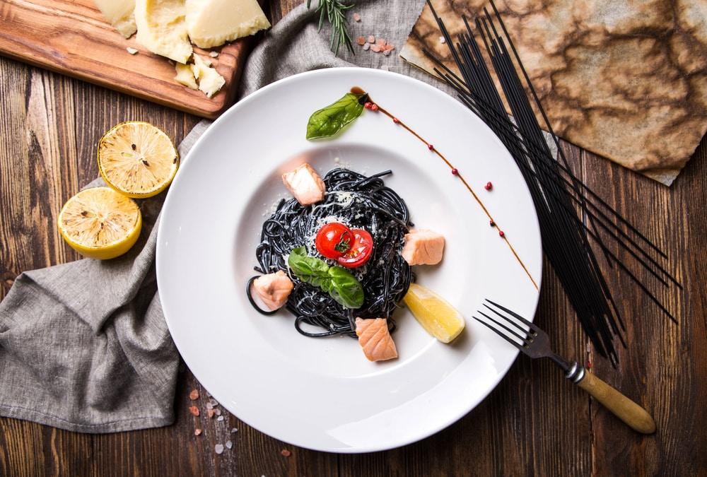 черная паста с лососем